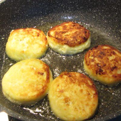Фото рецепта - Творожные сырники с ягодным соусом - шаг 4
