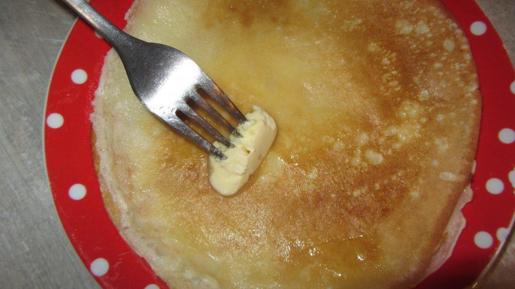 Фото рецепта - Тонкие блинчики на молоке с водой - шаг 5