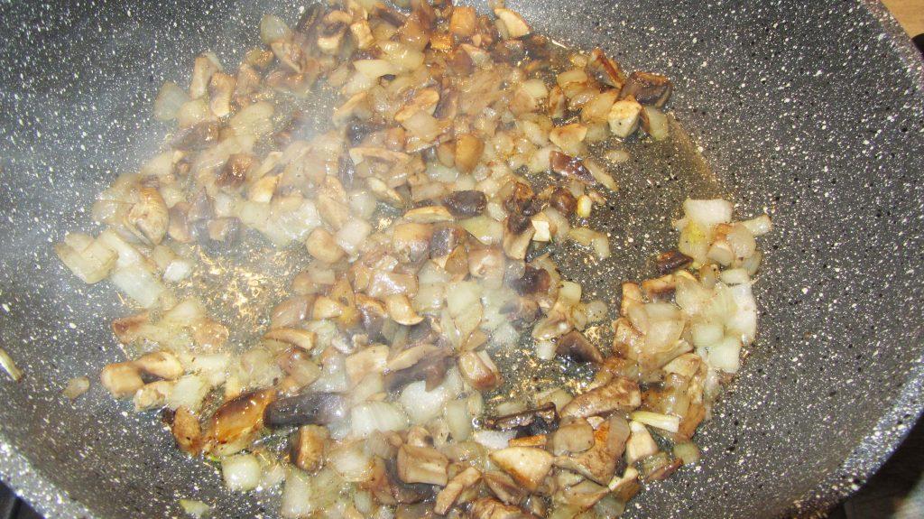 Фото рецепта - Макароны с грибами в сливочном соусе - шаг 3