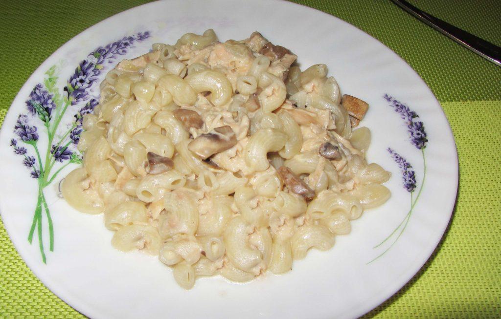 Фото рецепта - Макароны с грибами в сливочном соусе - шаг 6