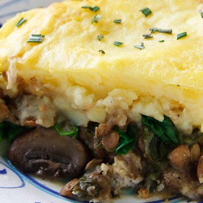 Картофельная запеканка с чечевицей, грибами и шпинатом - рецепт с фото