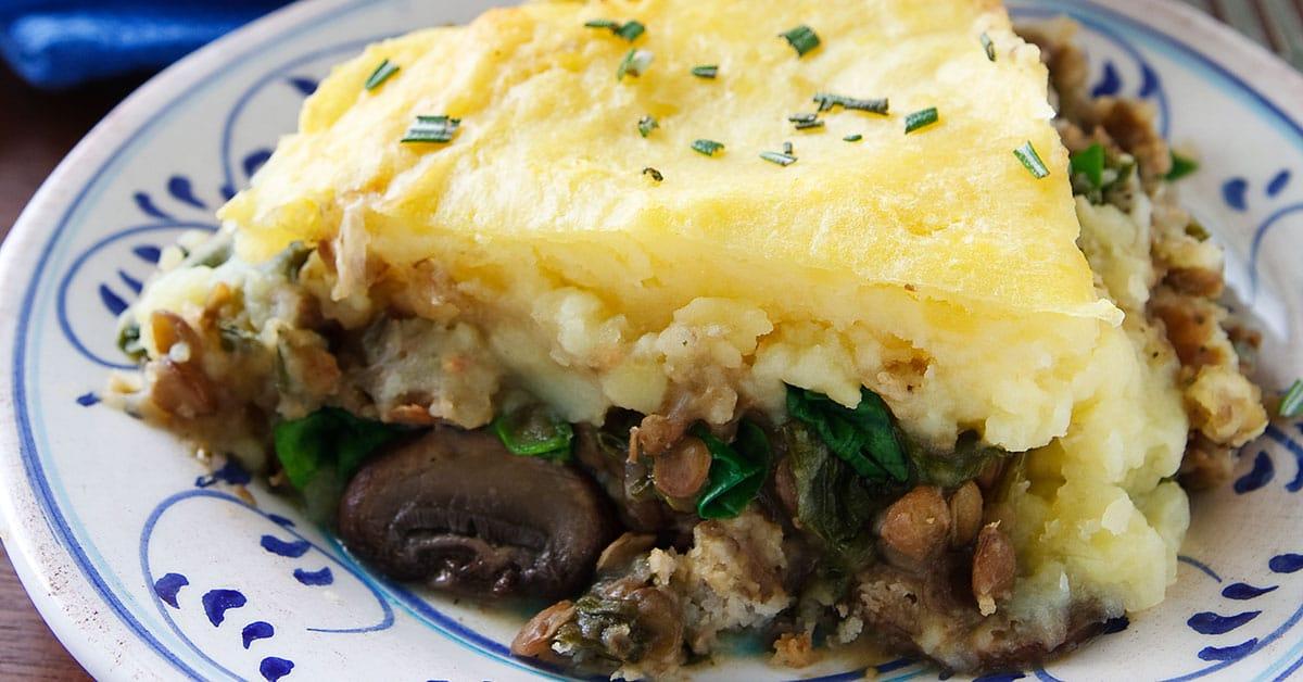 Картофельная запеканка с чечевицей, грибами и шпинатом