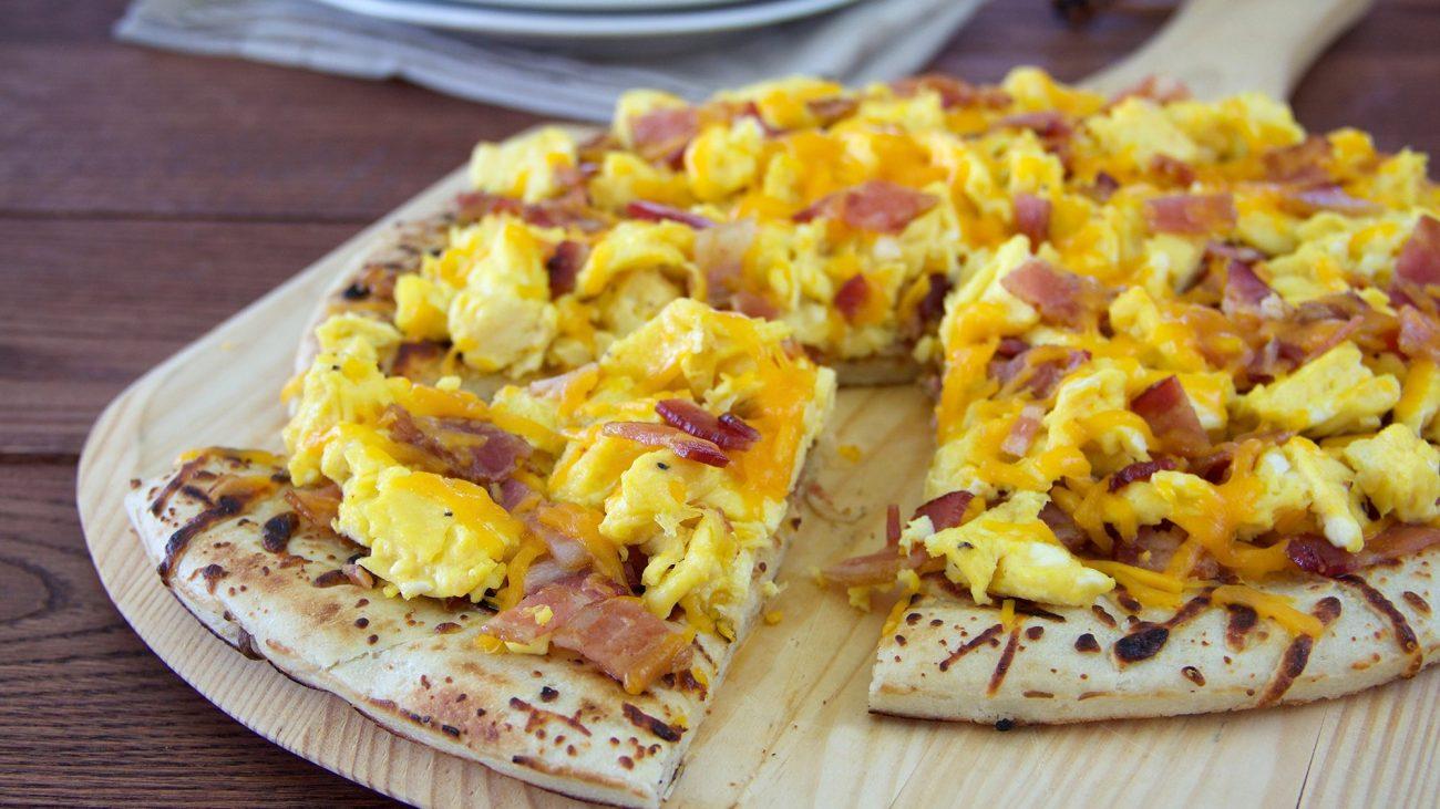 Пицца с омлетом, хрустящим беконом и сыром