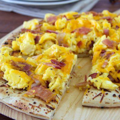 Пицца с омлетом, хрустящим беконом и сыром - рецепт с фото