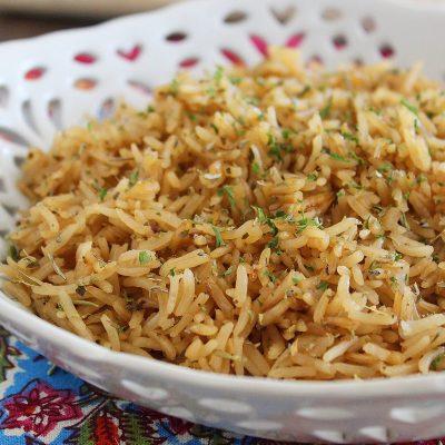 Рис с луком и травами (гарнир) - рецепт с фото