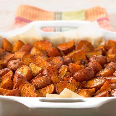 Запеченный картофель с луком (гарнир) - рецепт с фото