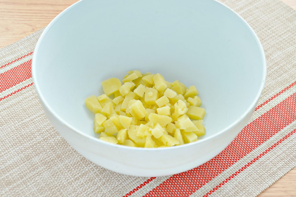 Фото рецепта - Картофельный салат с огурцами, курицей и колбасой - шаг 1