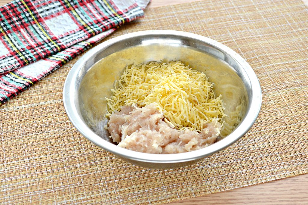 Фото рецепта - Чебуреки с курицей и сыром - шаг 1