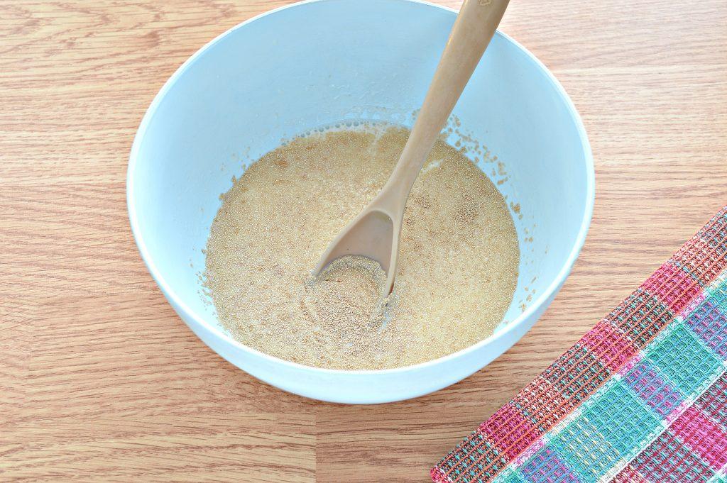 Фото рецепта - Дрожжевое тесто для курника на молоке - шаг 1
