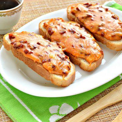 Горячие бутерброды в духовке с сыром и колбасой - рецепт с фото