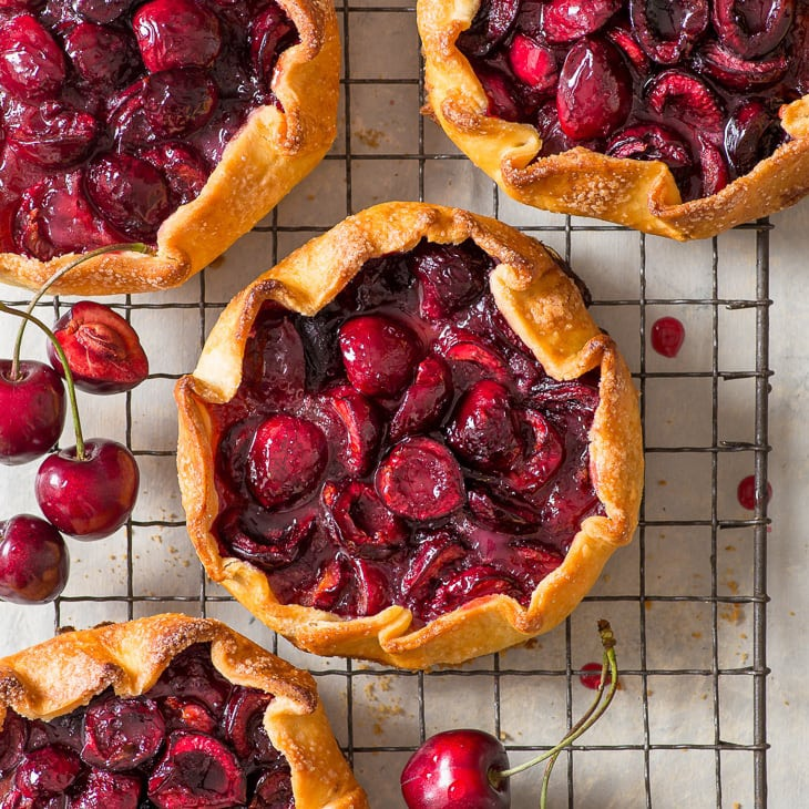 Фото рецепта - Галеты с вишней (открытый пирог) - шаг 6