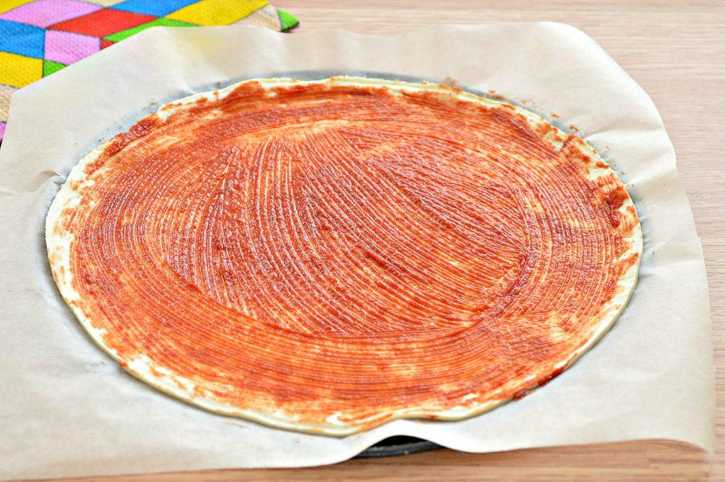 Фото рецепта - Пицца с курицей и колбасой - шаг 2