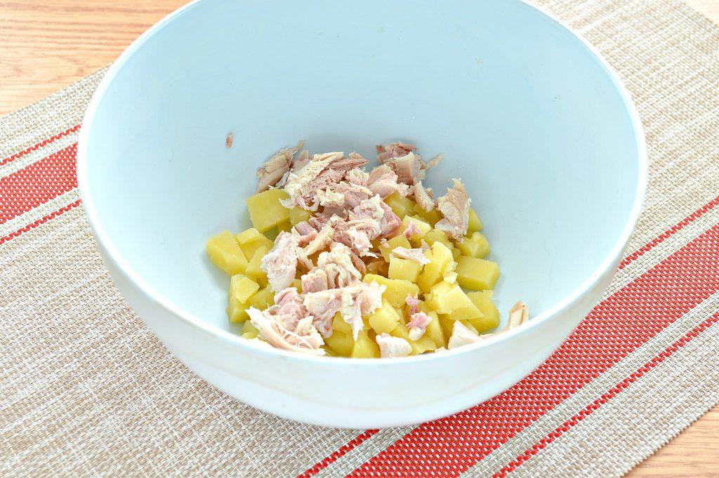 Фото рецепта - Картофельный салат с огурцами, курицей и колбасой - шаг 2