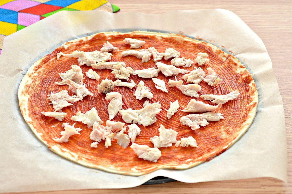 Фото рецепта - Пицца с курицей и колбасой - шаг 3