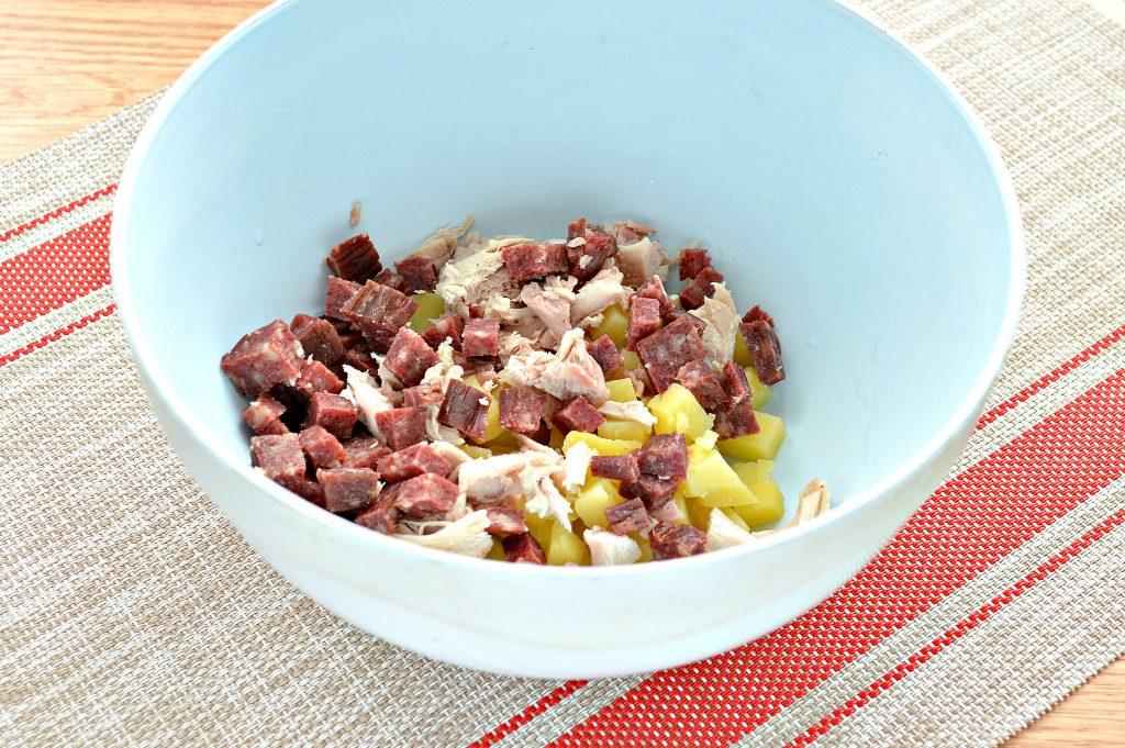 Фото рецепта - Картофельный салат с огурцами, курицей и колбасой - шаг 3