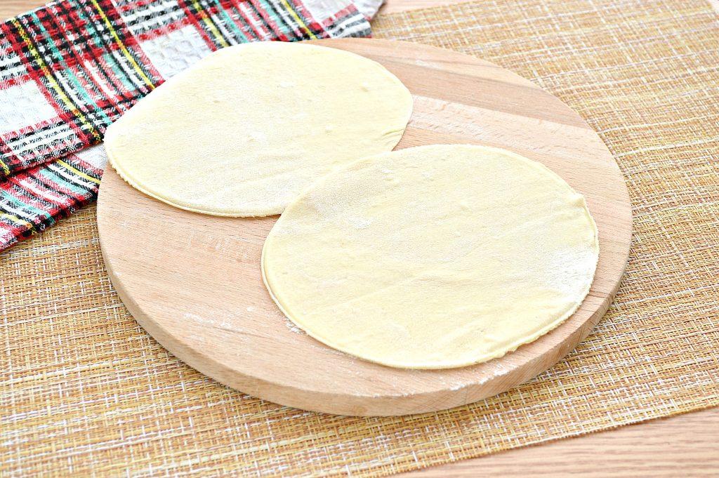 Фото рецепта - Чебуреки с курицей и сыром - шаг 3