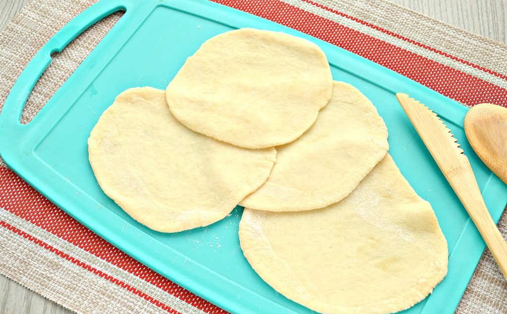 Фото рецепта - Пирожки с капустой и курицей - шаг 3