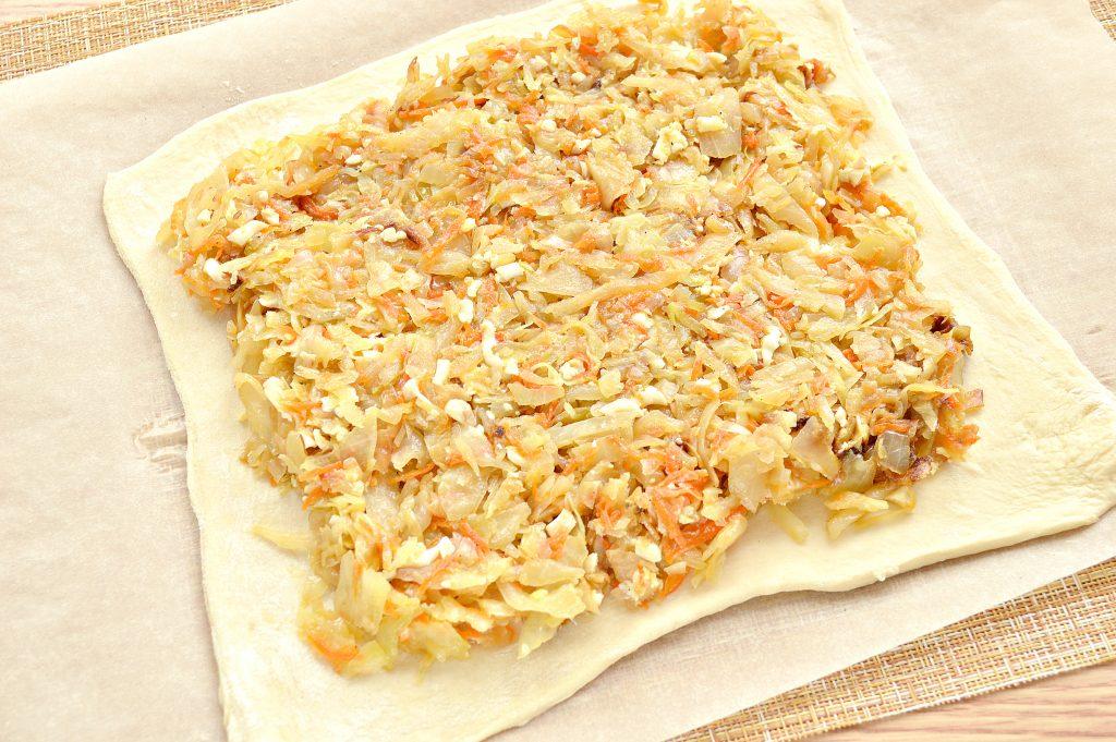 Фото рецепта - Пирог из дрожжевого теста с капустой и яйцом - шаг 3