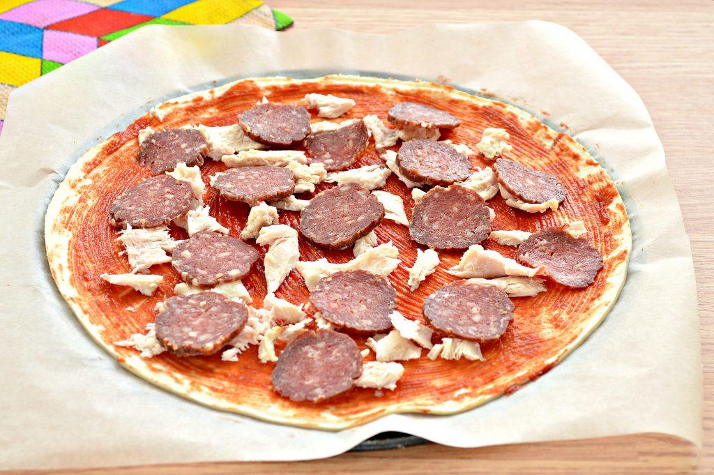 Фото рецепта - Пицца с курицей и колбасой - шаг 4