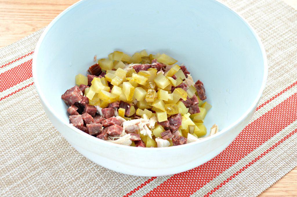Фото рецепта - Картофельный салат с огурцами, курицей и колбасой - шаг 4