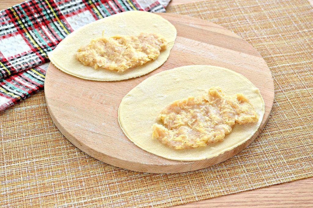 Фото рецепта - Чебуреки с курицей и сыром - шаг 4