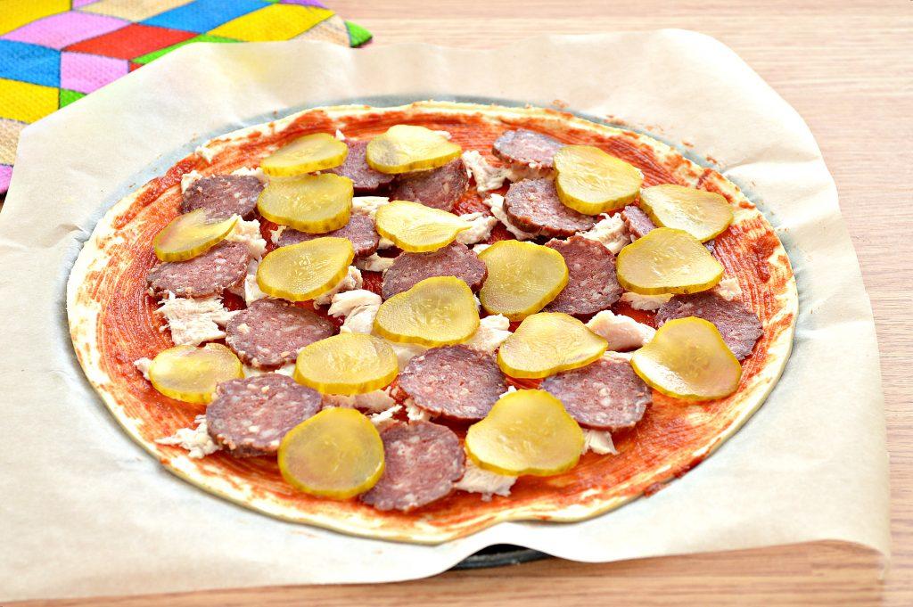 Фото рецепта - Пицца с курицей и колбасой - шаг 5