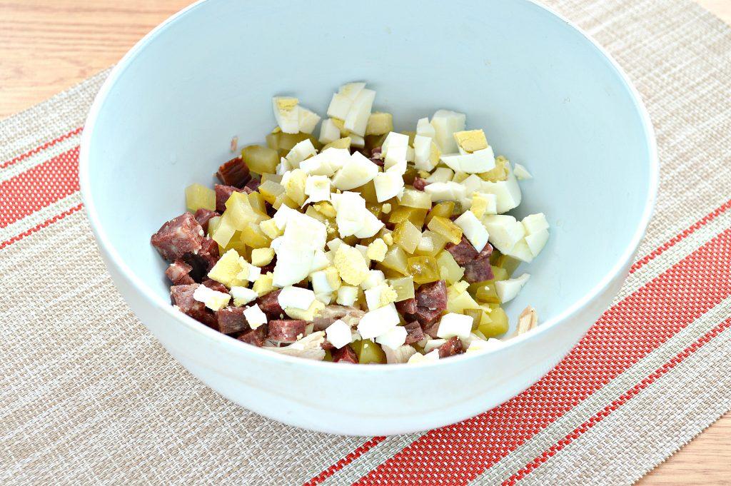 Фото рецепта - Картофельный салат с огурцами, курицей и колбасой - шаг 5