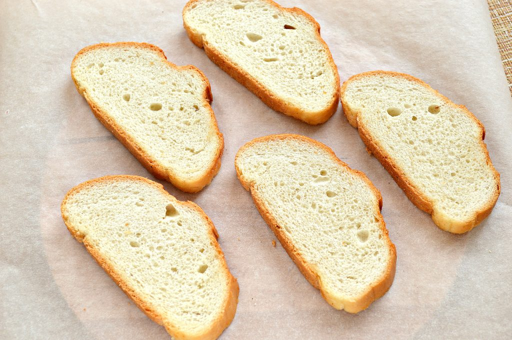 Фото рецепта - Горячие бутерброды в духовке с сыром и колбасой - шаг 6