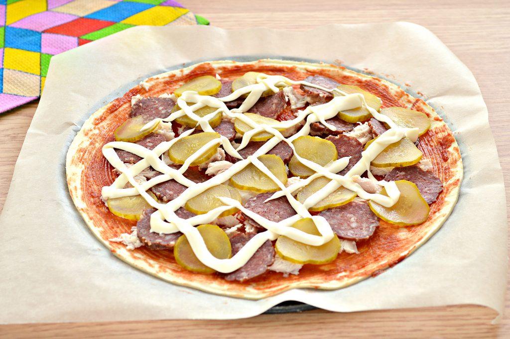 Фото рецепта - Пицца с курицей и колбасой - шаг 6