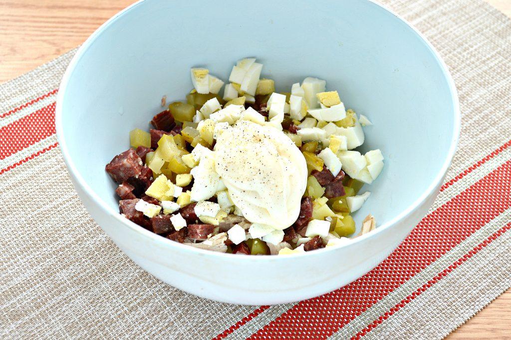 Фото рецепта - Картофельный салат с огурцами, курицей и колбасой - шаг 6