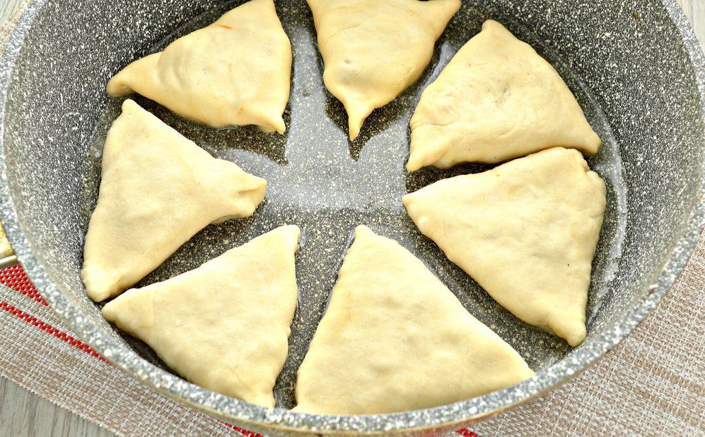 Фото рецепта - Пирожки с капустой и курицей - шаг 6