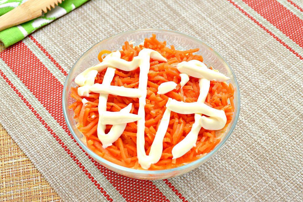 Фото рецепта - Слоеный праздничный салат с курицей, киви и корейской морковкой - шаг 6