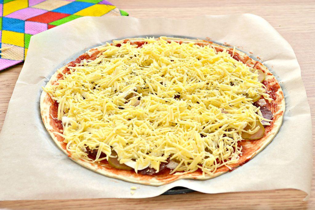 Фото рецепта - Пицца с курицей и колбасой - шаг 7