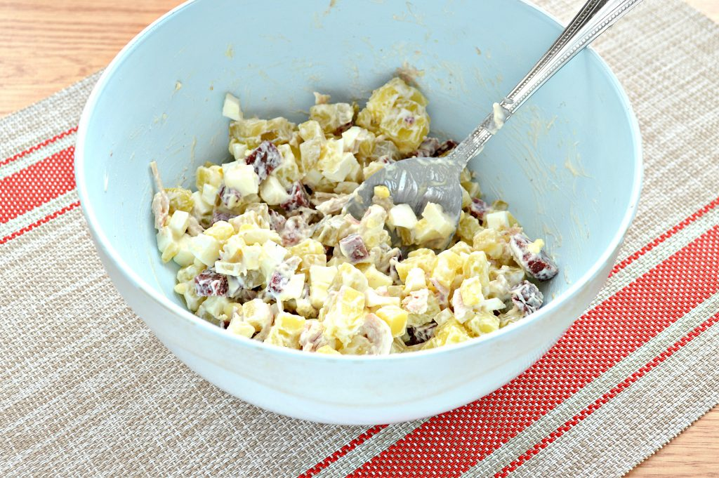 Фото рецепта - Картофельный салат с огурцами, курицей и колбасой - шаг 7