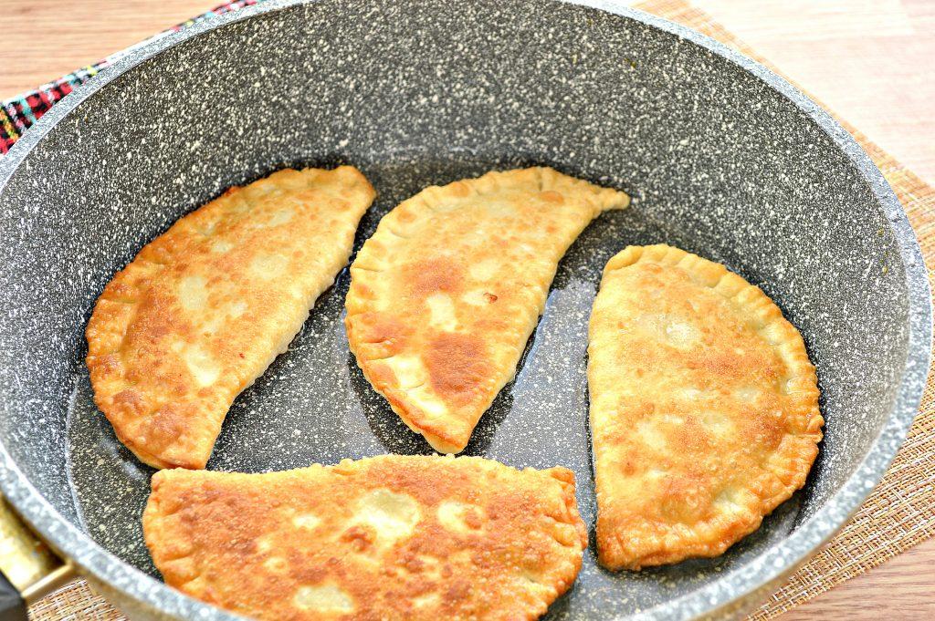 Фото рецепта - Чебуреки с курицей и сыром - шаг 7