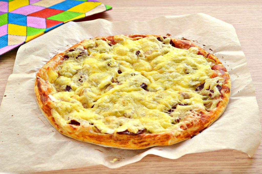 Фото рецепта - Пицца с курицей и колбасой - шаг 8
