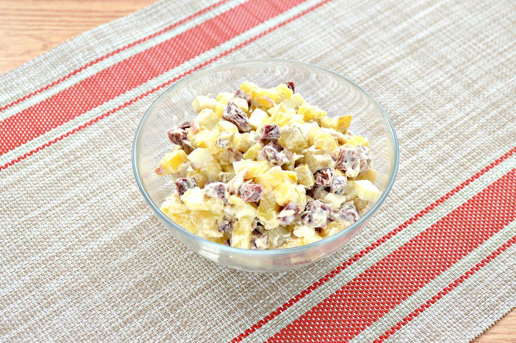 Фото рецепта - Картофельный салат с огурцами, курицей и колбасой - шаг 8
