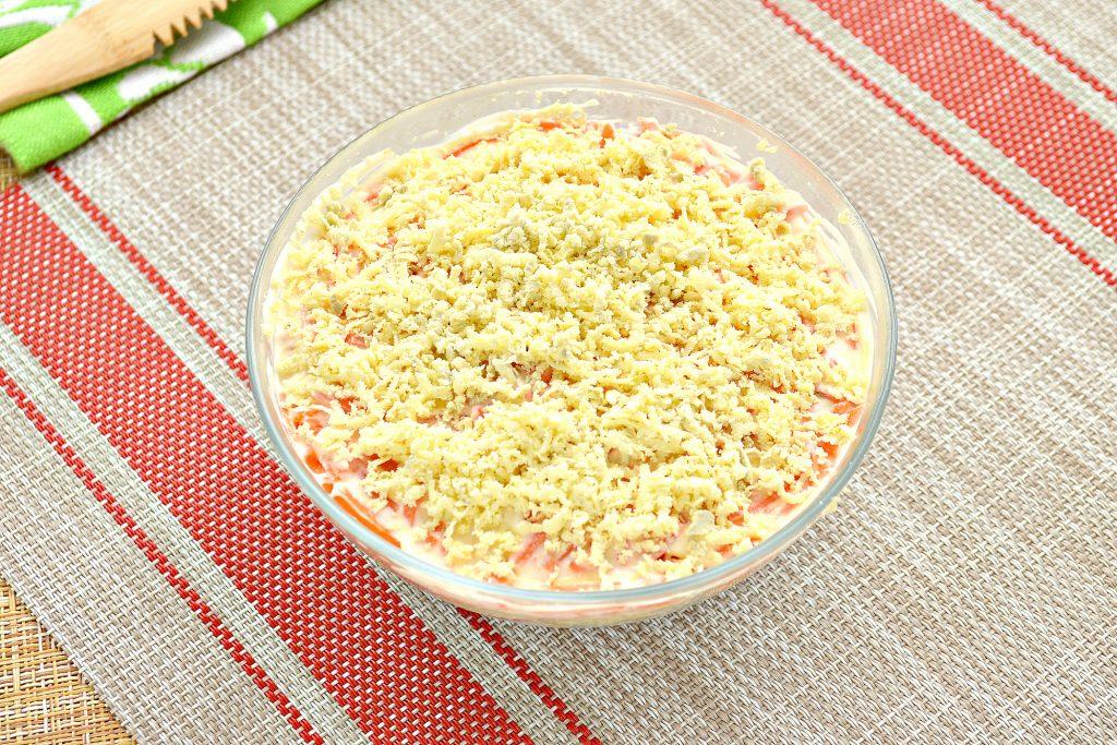 Фото рецепта - Слоеный праздничный салат с курицей, киви и корейской морковкой - шаг 8