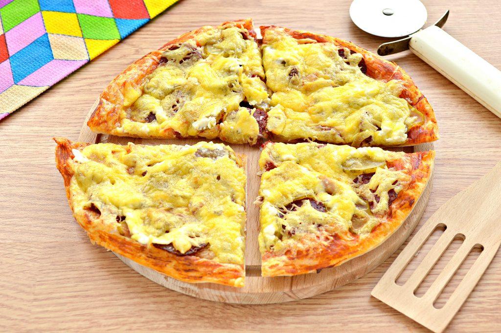Фото рецепта - Пицца с курицей и колбасой - шаг 9