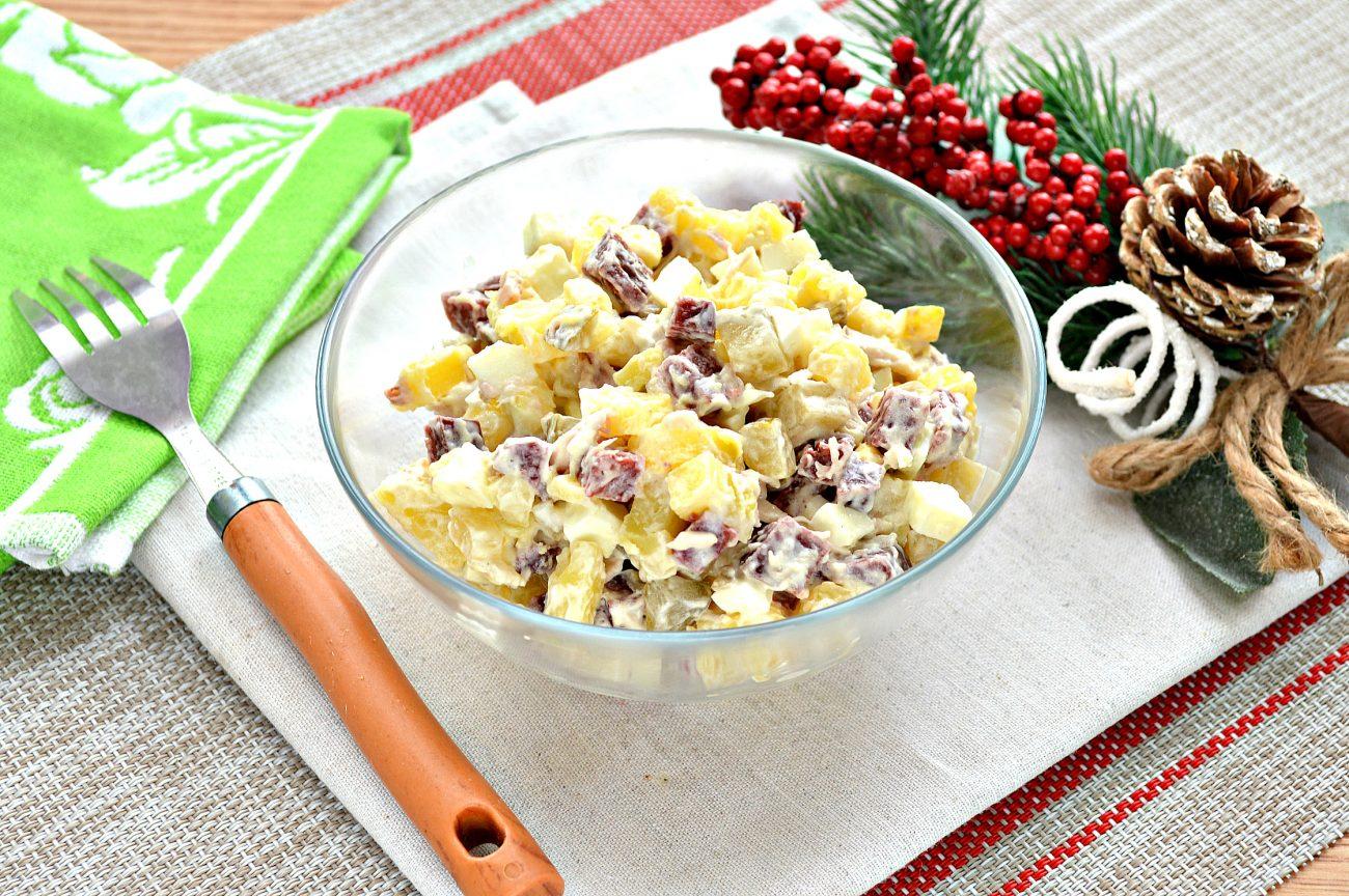 Картофельный салат с огурцами, курицей и колбасой