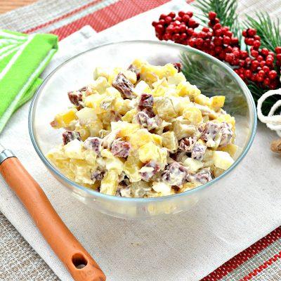 Картофельный салат с огурцами, курицей и колбасой - рецепт с фото