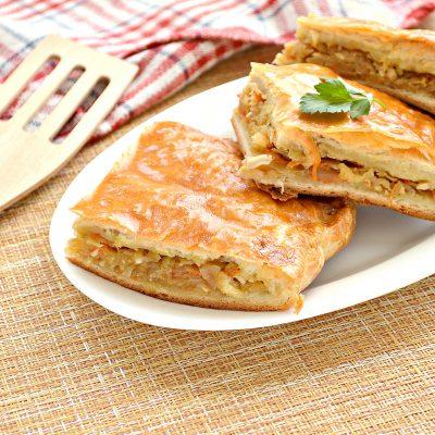 Пирог из дрожжевого теста с капустой и яйцом - рецепт с фото