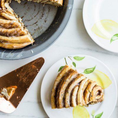 Большая булочка синнабон с корицей и лимонной глазурью - рецепт с фото