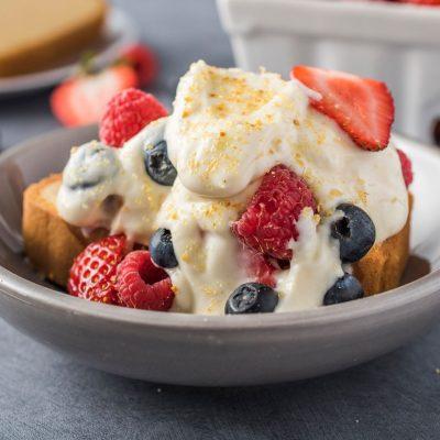Десертный салат с ягодами - рецепт с фото