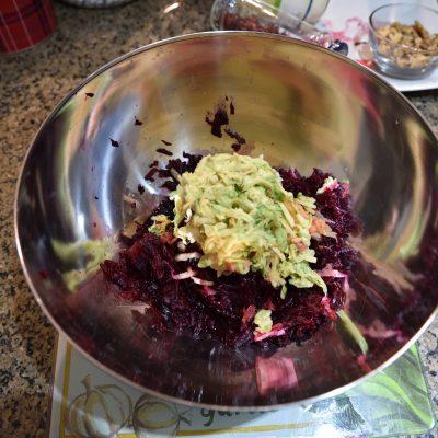 Фото рецепта - Свекольный салат с яблоком и авокадо - шаг 3