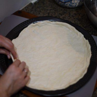 Фото рецепта - Пицца на тонком тесте с куриным филе, помидорами и сыром - шаг 3