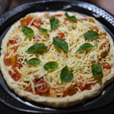 Фото рецепта - Пицца на тонком тесте с куриным филе, помидорами и сыром - шаг 4