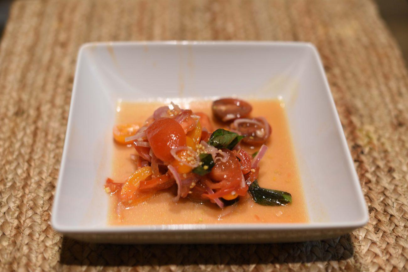 Салат из маринованных томатов с луком шалот