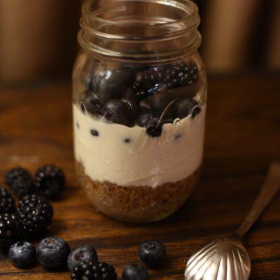 Миндальный десерт из сливочного крем-сыра с ягодами - рецепт с фото