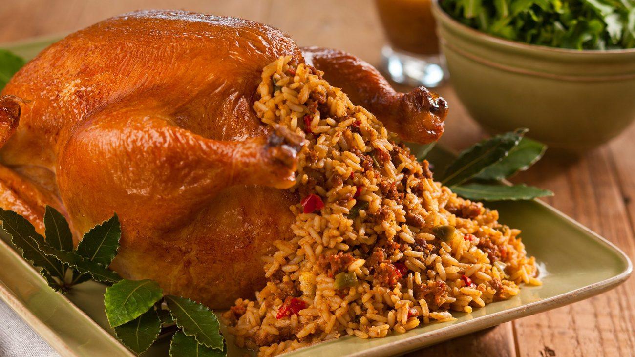 Запеченная курица, фаршированная рисом